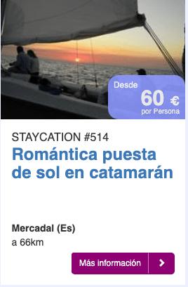 Romántica puesta de sol en catamarán