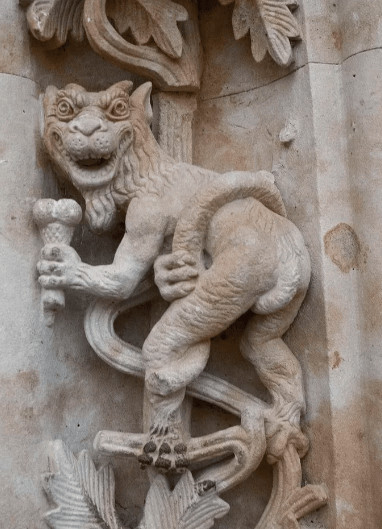 Gargolas y figuras extrañas en la catedral de Salamanca puerta de Ramos