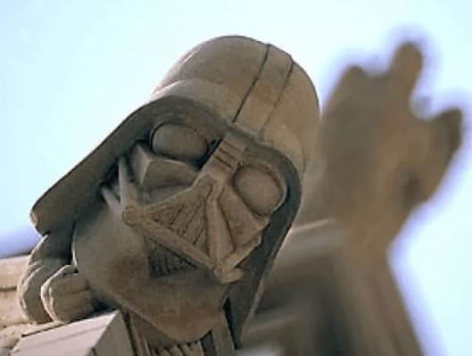 Gárgolas y figuras extrañas en la catedral de Catedral Nacional de Washington lado oscuro darth vader