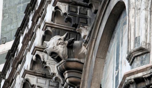 Gargolas y figuras extrañas en la catedral de Santa Maria di Fiore Florencia